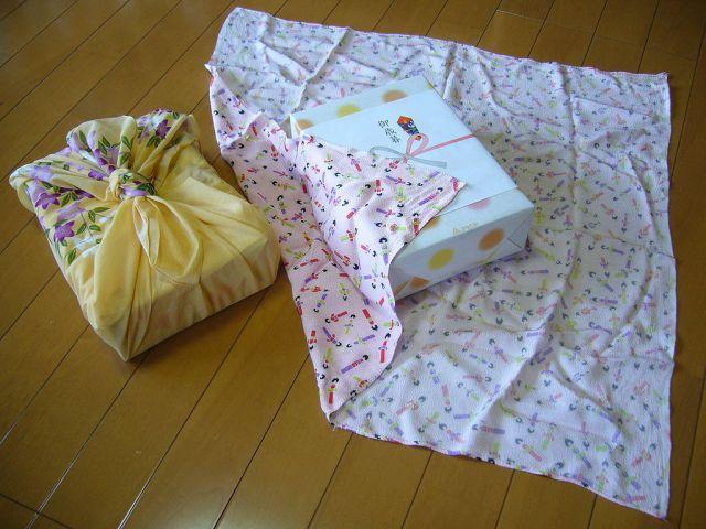 1024px-Traditional_Japanese_wrapping_cloth,huroshiki,katori-city,japan